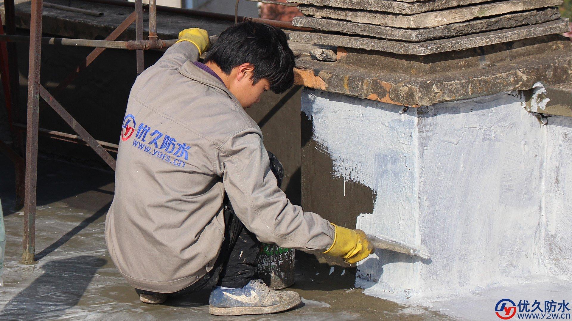 涂刷第三道防水涂料