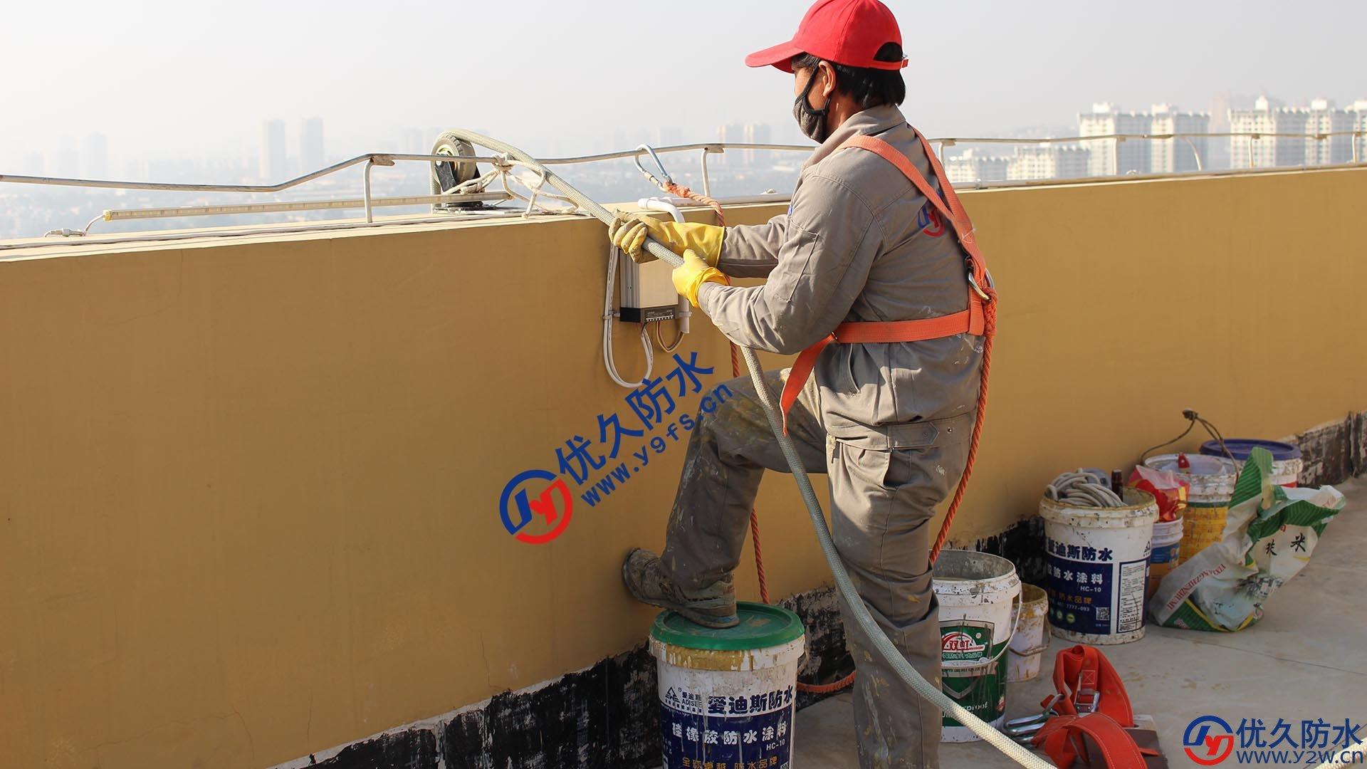 顶楼放绳子需加滑轮,以保证绳子不会因摩擦导致降低质量