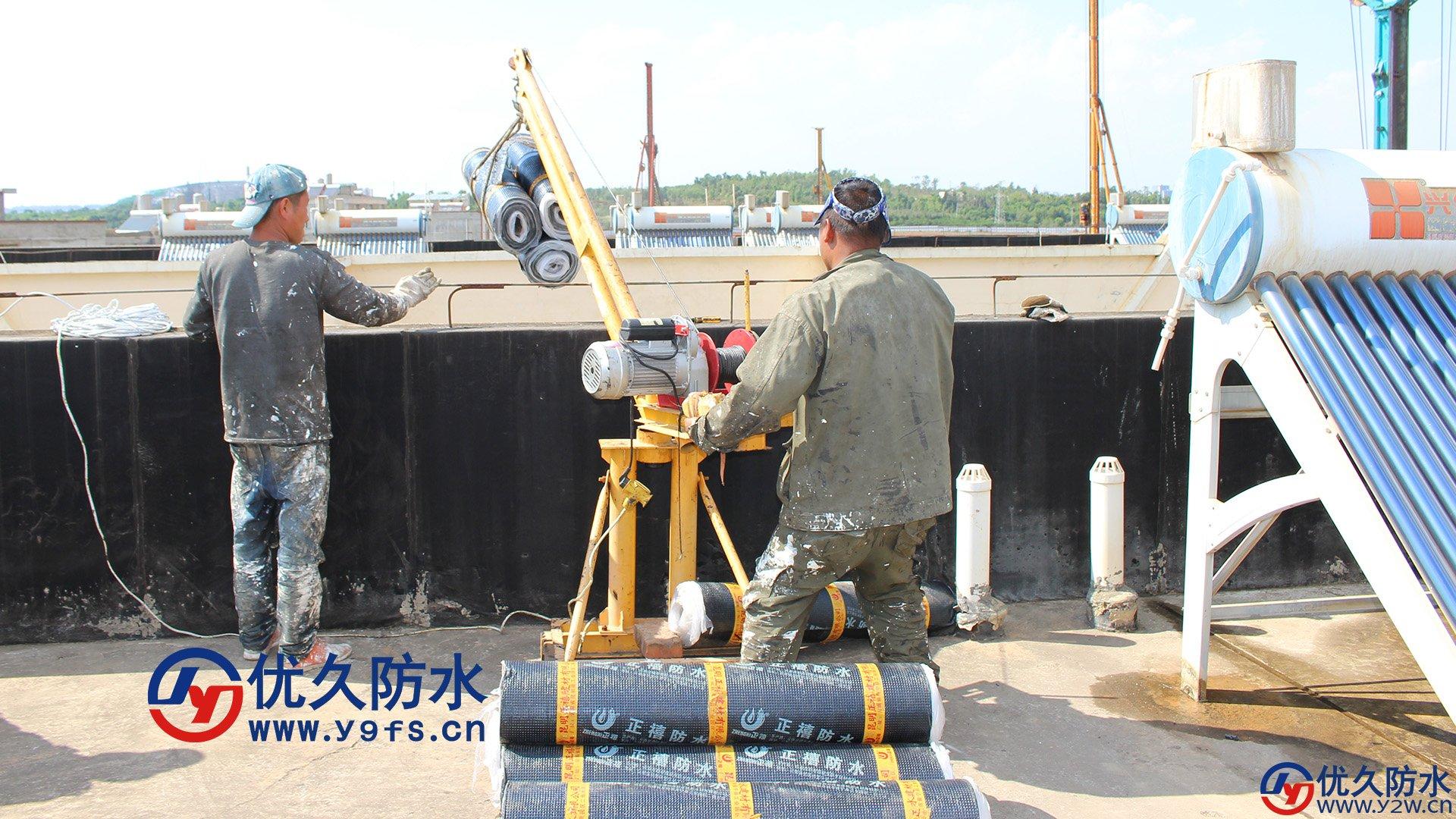 旧屋顶防水补漏翻修工程,运输SBS防水卷材选用的是小型扒杆吊