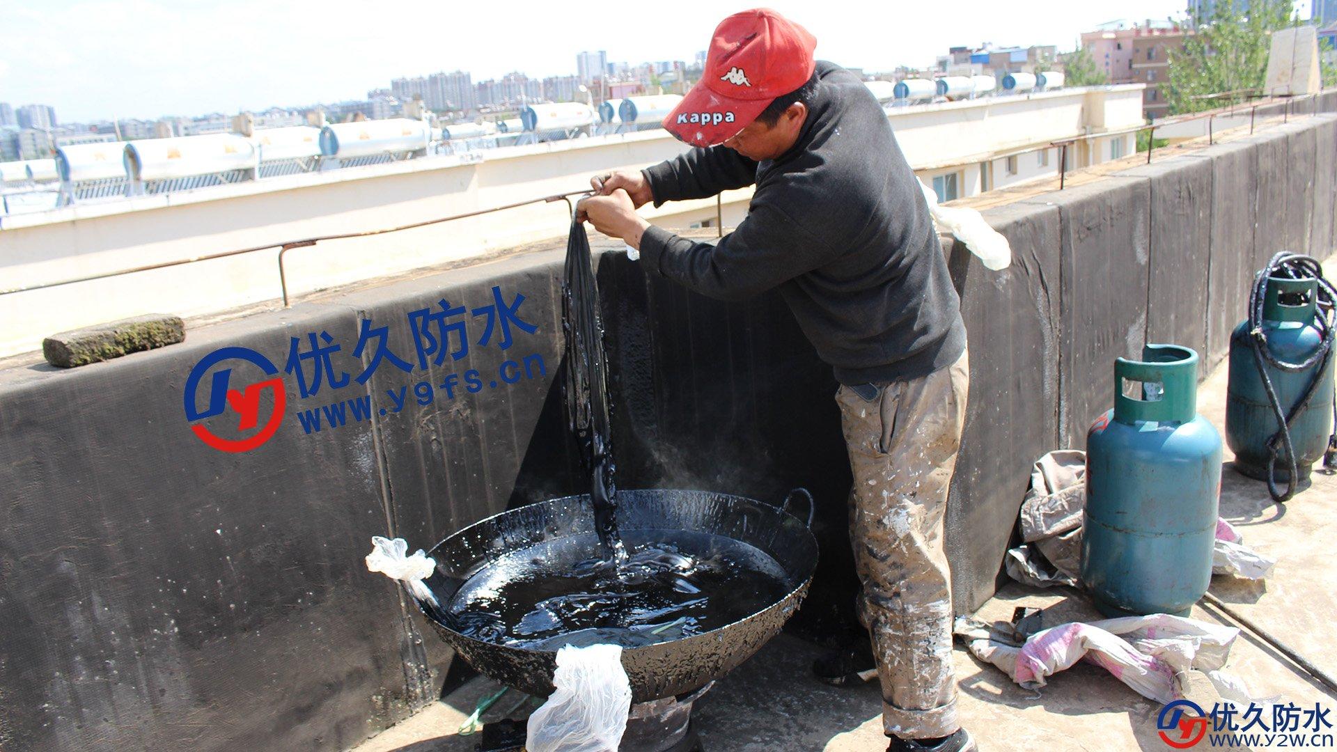 用大锅熬油膏,并且选择的是饭店用的大型液化气灶
