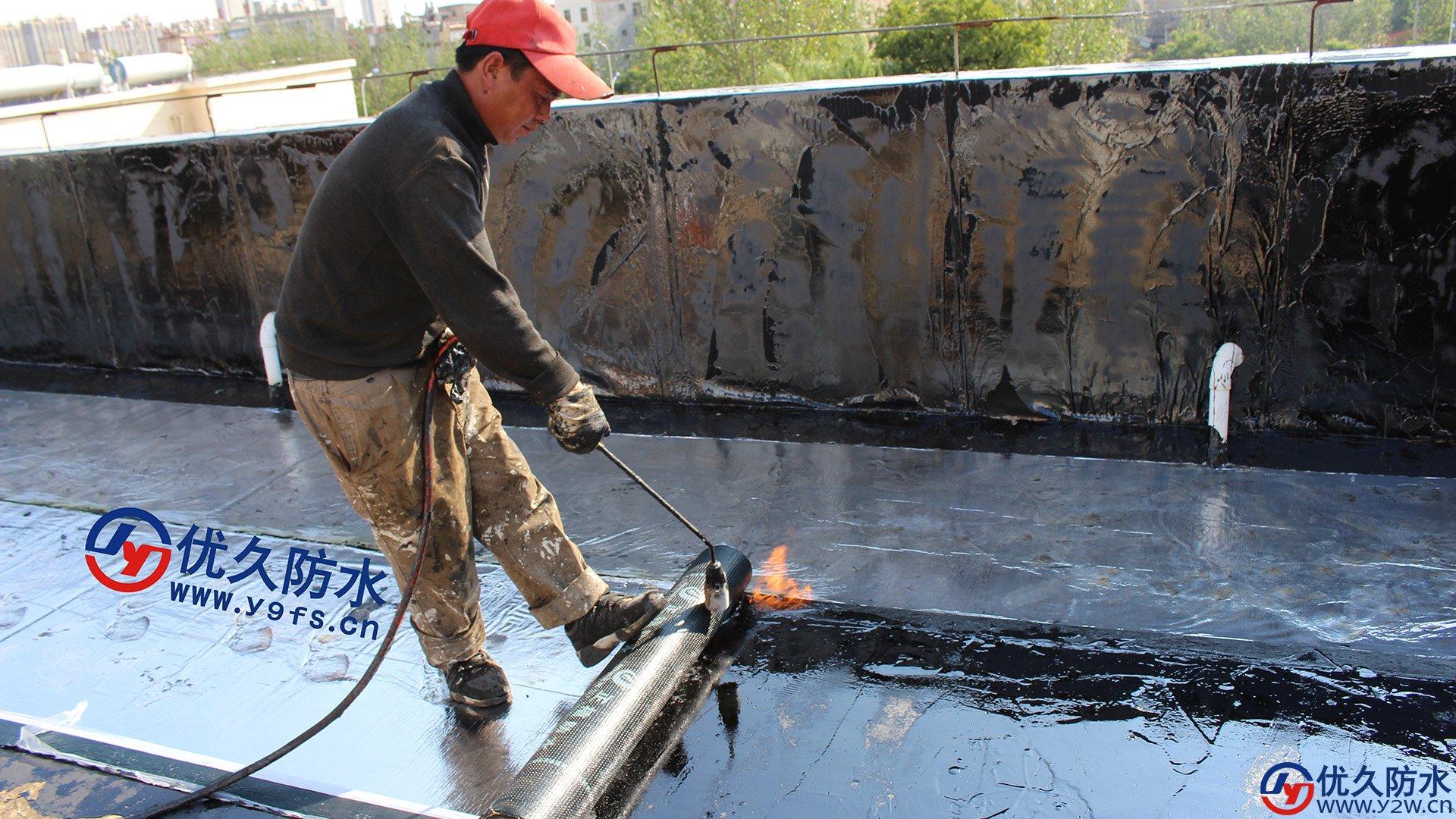 做屋顶sbs防水施工所用到的液化气喷火枪